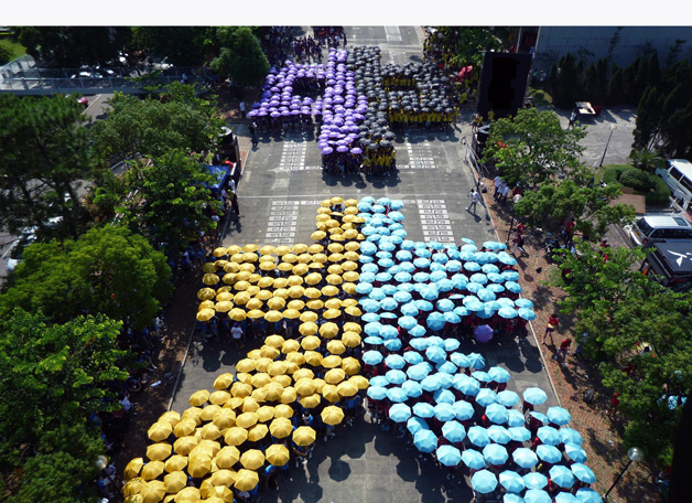 Orientation Camp 2009, a show of the creative might of the freshmen of the year. The initials of CU in Chinese characters were made up by formations of College representatives carrying colour-coded umbrellas in the University Mall.
