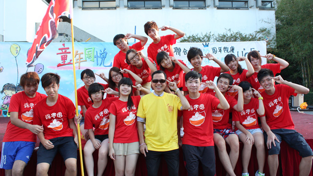 To celebrate United College's 55th Anniversary, the College Student Union hosted a series of events in 2011. Prof. Fung Kwok-pui (in yellow), Head of United College, joined the students in wishing their beloved College a very happy birthday.