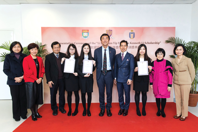 Mr. Kenneth Li presents certificates to CUHK scholarship recipients Shek Tsoi-shuen (4th left), Lam Daan-kei (5th left) and Lee Nga-wing (3rd right)