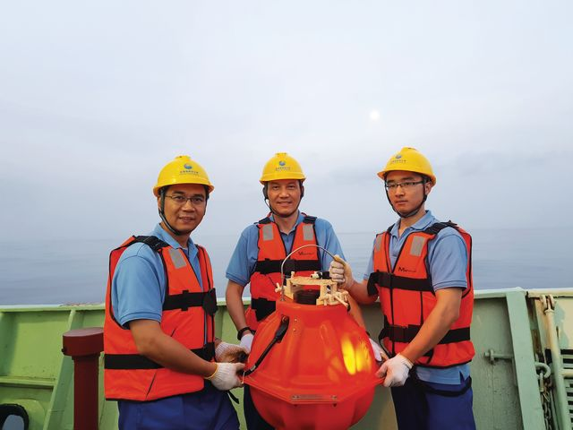 Professor Yang (left) surveyed the seafloor structure in the Makran trench with Ocean Bottom Seismographs