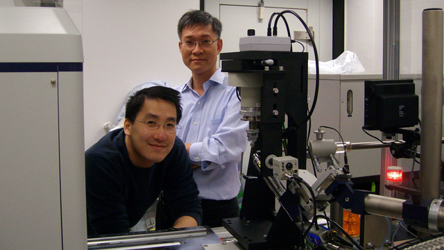 Prof. Wong Kam-bo (right) of the Centre for Protein Science and Crystallography, the School of Life Sciences, discovered how Helicobacter pylori, a bacterium causes peptic ulcers and stomach cancer, has managed to survive in the acidic environment of the human gut. His research paper has been selected as 'Paper of the Week' in the Journal of Biological Chemistry.