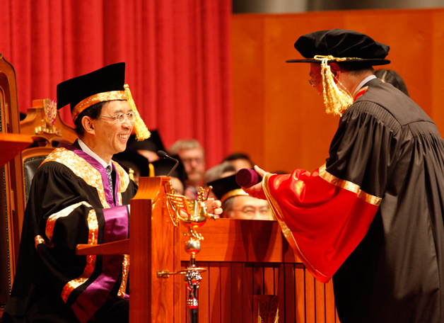 Dr. Vincent Cheng, Chairman of CUHK Council in succession to Dr. Edgar Cheng, presiding at an Honorary Fellowship award ceremony in May 2010. Dr. Vincent Cheng, an eminent banker in Hong Kong, is the first alumnus to chair the University Council.