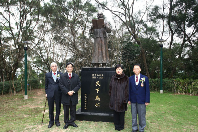 Ceremony for the Naming of Yat-sen Hall at CUHK Shaw College and Opening of Academic Seminar to Mark the Centenary of Xinhai Revolution From left: Dr. Ho Hau-wong, Prof. Andrew C. F. Chan, Ms. Li Xiaolin, daughter of the former President of People's Republic of China Mr. Li Xiannian and Dr. Lam Kin-chung take a photo with the Sun Yat-sen statue