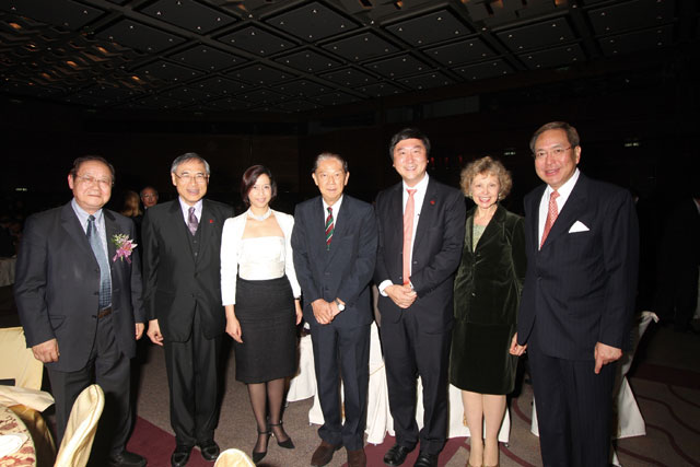 Five Vice-Chancellors gathered at the 60th anniversary dinner of New Asia College in 2009. (From left) Prof. Ambrose King, Prof. and Mrs. Lawrence J. Lau, Prof. Ma Lin, Prof. Joseph J.Y. Sung, Mrs. and Prof. Arthur K.C. Li