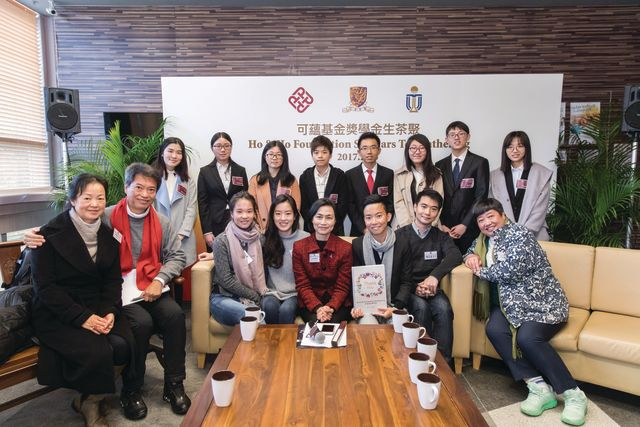 Scholarship recipients from CUHK present their thank-you letters to Ho & Ho foundation