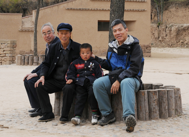 Prof. Edward Ng Yan-yung (right) started the Wu Zhiqiao project to help building safe passages in rural areas in China. Today the project has benefited thousands of commuting students in far-off places. Prof. Ng received the Hong Kong Humanity Award in May 2010.
