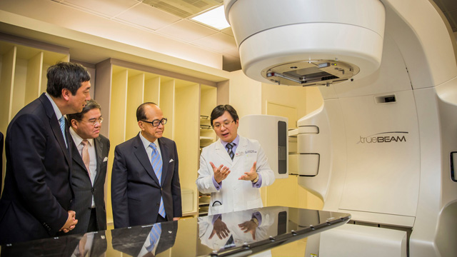 Mr. Li Ka Shing and Mr. Anthony Wu listen to what the TrueBeam System, the most advanced radiotherapy technology for cancer treatment newly installed in the Prince of Wales Hospital, can do in the company of Prof. Joseph Sung