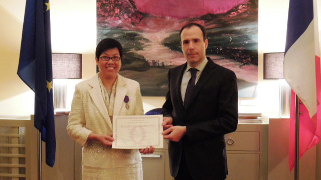 Prof. Ho Pui-yin from the Department of History receives the Chevalier dans l'Ordre des Palmes académiques (Knighthood in the Order of Academic Palms) from Mr. A. Barthélémy, Consul-General of France in Hong Kong and Macau, for her contribution in higher education.