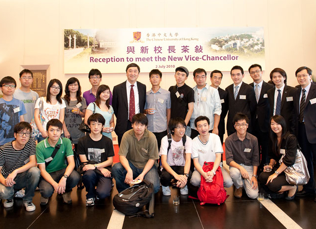 New Vice-Chancellor Assumes Duty<br><br>Prof. Sung and student representatives (2 July 2010)