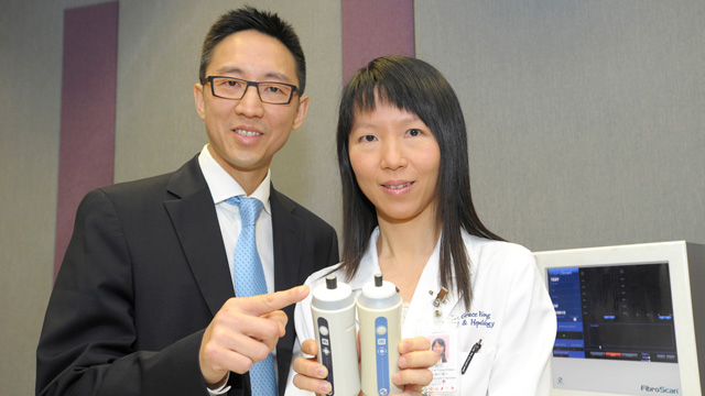 Prof. Chan Lik-yuen Henry and Prof. Wong Lai-hung Grace of the Department of Medicine and Therapeutics show the new XL probe and the regular M probe of Fibroscan. The new XL probe is used to assess liver fibrosis among obese subjects.