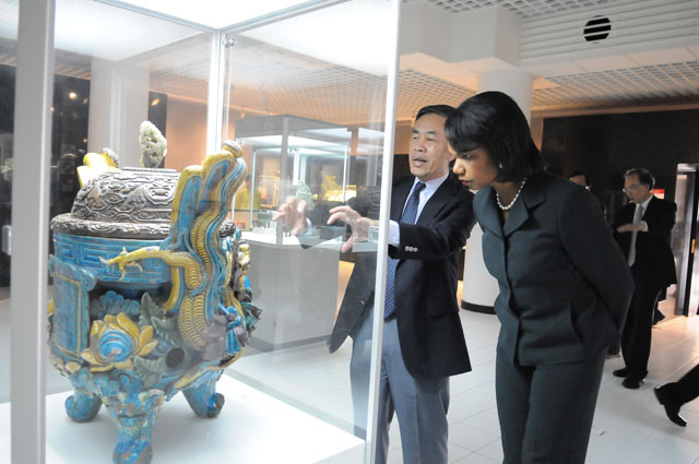 Former US Secretary of State on Asia's Future<br><br>Guided by Prof. Lam Yip-keung Peter, director of the Art Museum, Prof. Condoleezza Rice views an exhibit with keen interest