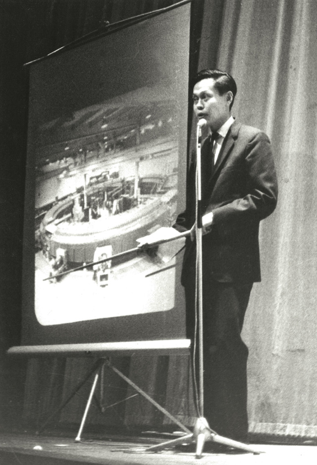Prof. C.N. Yang, a supporter from the early years, gives a lecture