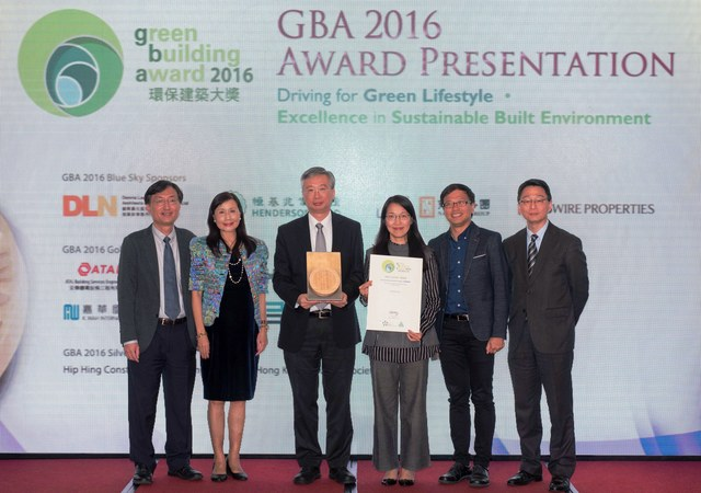 CUHK representatives—Prof. Fung Tung (3rd left), Mr. Li Sing-cheung (1st left), Ms. Esther Kuo (3rd right) and Mr. Thomas Yuen (2nd right)—receive the Merit Award under the Green Building Leadership Category from the Hong Kong Green Building Council