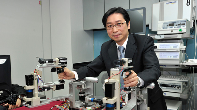 The Department of Surgery at CUHK performed the first two cases of robotic-assisted endoscopic submucosal dissection (ESD) for the treatment of early gastric neoplasia in Hong Kong. This complex endoscopic surgery involved the use of newly designed robotic arms attached to the ordinary endoscope.
