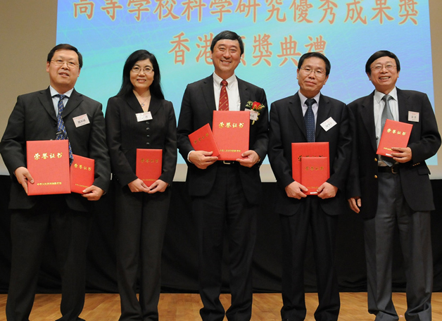 Three research projects were honoured with the Higher Education Outstanding Scientific Research Output Awards of the Ministry of Education in March 2011. The awards were presented on campus by the Ministry's special envoy and the recipients are seen here beaming with their trophies.