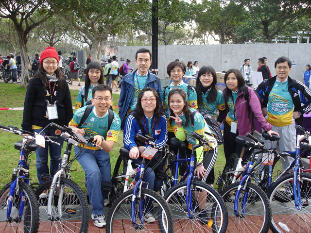 HSBC Pok Oi Cycle for Millions<br><br>Prof. Dennis K.P. Ng (3rd left, back row), University Dean of Students; Mr. Raymond Y.C. Leung (1st right, back row), director, Office of Student Affairs; and the Office of Student Affairs cycling team