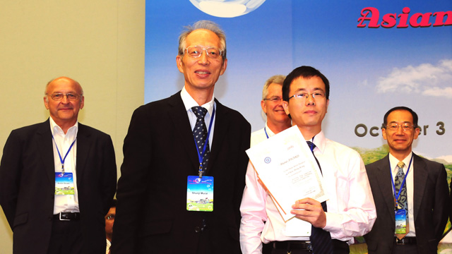 Dr. Chen Fulong, research associate of the Institute of Space and Earth Information Science, won the ShunjiMurai Award—the Best Paper Award of the annual conference of Asian Association on Remote Sensing.