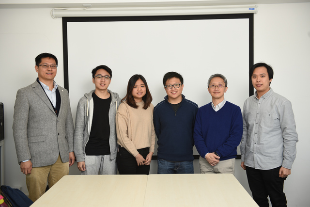 Dr. Kent Lee (1st left) expects the project could integrate international students with local students. uReply GO was developed by Prof. Paul Lam (2nd right) and his team at CLEAR