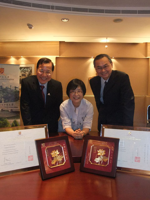 56 Staff Members Receive Long Service Awards<br><br>From left: Prof. Fung Kwok-pui, Ms. Fanny Li and Prof. Fok Tai-fai