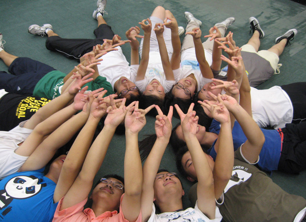 <b>Vittoria, Vittoria!</b> First-year students from the Mainland display the V-sign for being able to make it to CUHK.