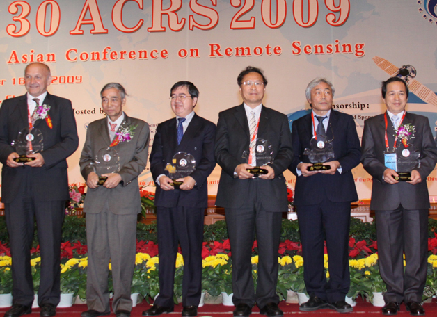 Prof. Lin Hui (3rd right) was in Beijing to receive an Outstanding Contribution Prize from the Asian Association on Remote Sensing in recognition of his work in the development of remote sensing theories and application in various scientific areas.