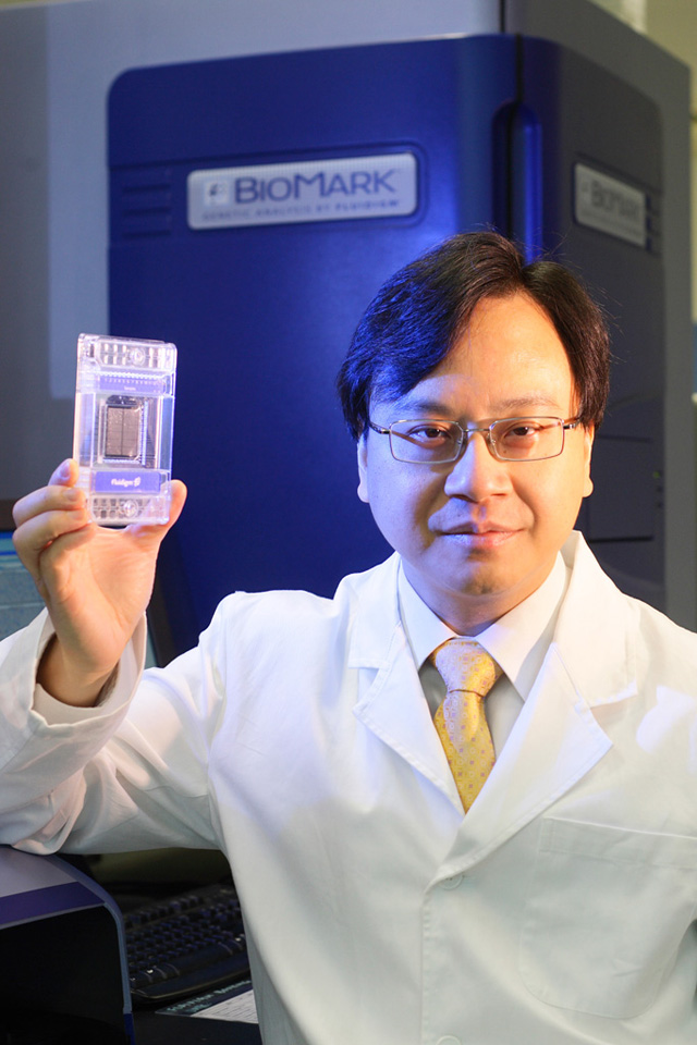 Prof. Dennis Lo Yuk-ming, Li Ka Shing Professor of Medicine, received the AACC-NACB Award for Outstanding Contributions to Clinical Chemistry in a Selected Area of Research. He is the first ever Chinese to receive the honour.