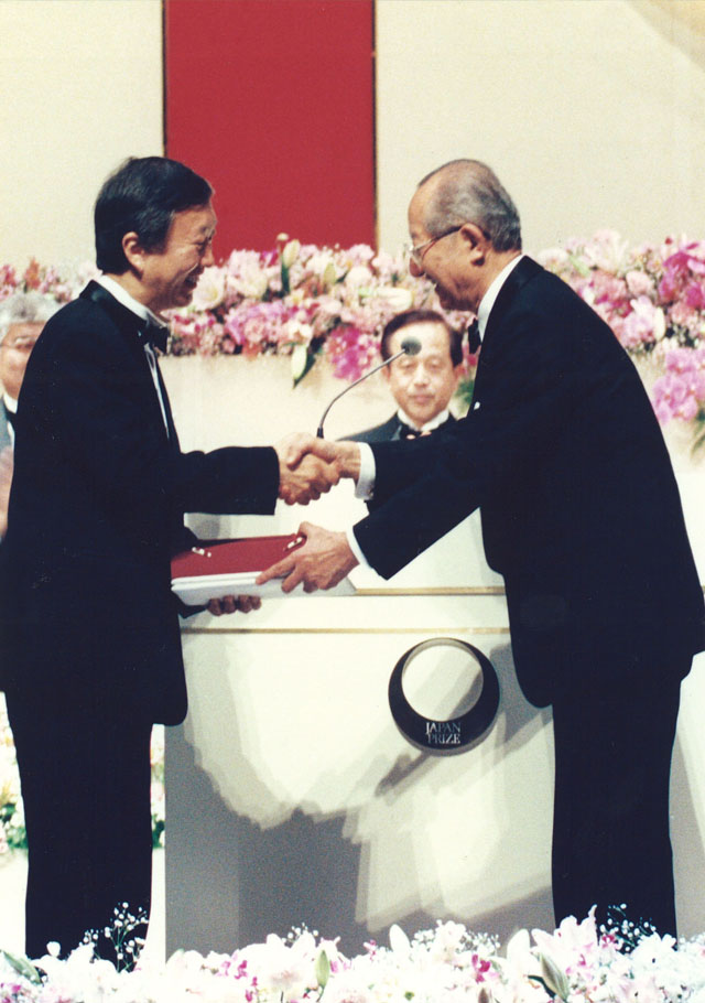 Prof. Kao receiving the 1996 Japan Prize from the president of the Science and Technology Foundation of Japan (Bidding Farewell to Prof. and Mrs. Charles K. Kao Special Supplement 1996)
