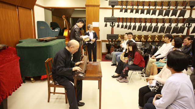 The Chinese Music Archive of Music Department and the Office of the Arts Administrator held the Guqin Week in November 2012.        Mr. So Si-tai explains the structure of guqin